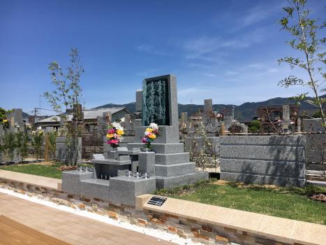 泰平寺霊園樹木葬-基本-天山を背景にした合葬樹木墓「蓮」