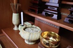 遺骨は仏壇で供養してもいい?法律や宗教の観点から解説