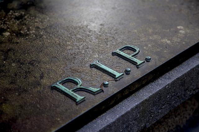 キリスト教のお墓の特徴を解説!お参りはどのようにする?