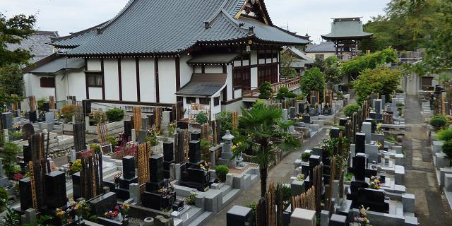 お寺の墓地